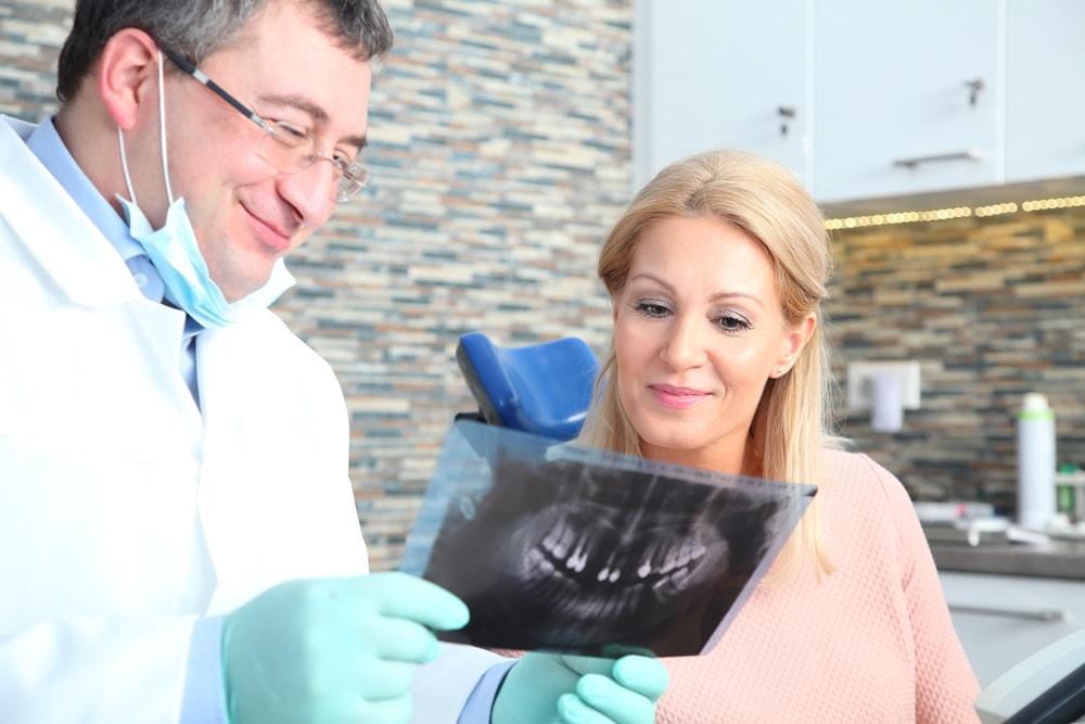 Les options de remplacement des dents avec les implants