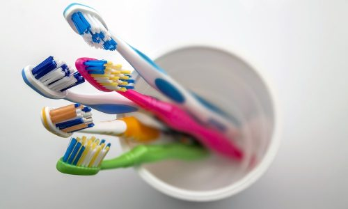 Des brosses à dents dans un verre
