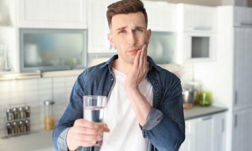 Un homme qui souffre de sensibilité dentaire