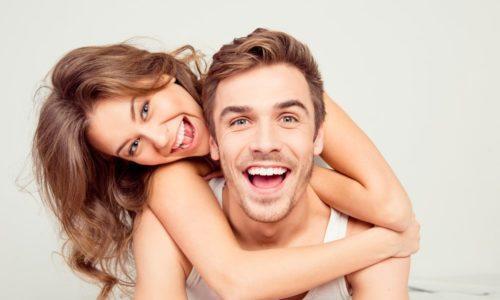 Un couple avec des dents blanches