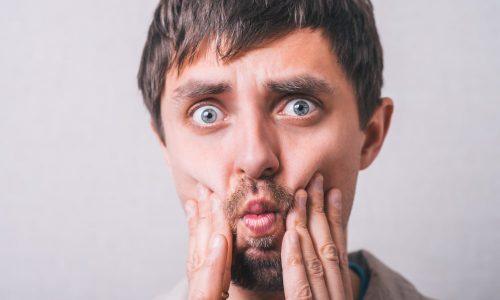 Un jeune homme souffre d'érosion de l'émail