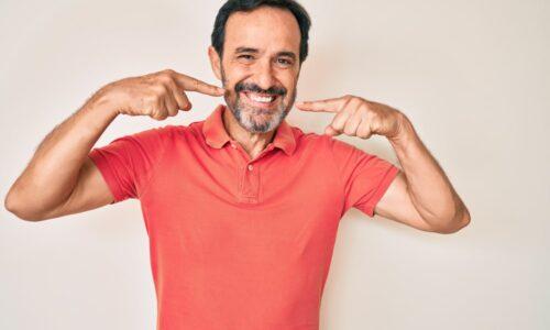 Un homme d'âge moyenne a profiter du remplacement de dents